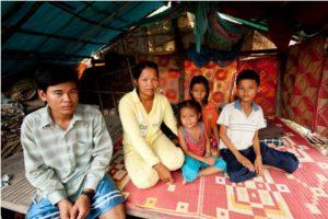 (From left) Ren Ran, his wife Nphim Phy, daughters Sreylin, Sreylen and son Phearak.(From left) Ren Ran, his wife Nphim Phy, daughters Sreylin, Sreylen and son Phearak.
